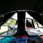 Dunkle Schlafkabine bei geöffnetem Reisverschluss Skandika Nimbus 12 Sleeper