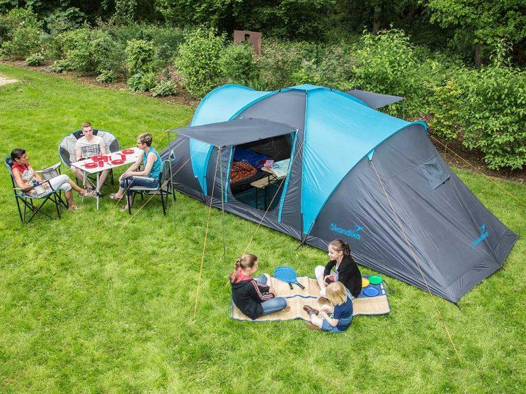 Scenic Familie beim Campen vor 6 Personen Zelt Skandika Hammerfest 6 Sleeper Protect