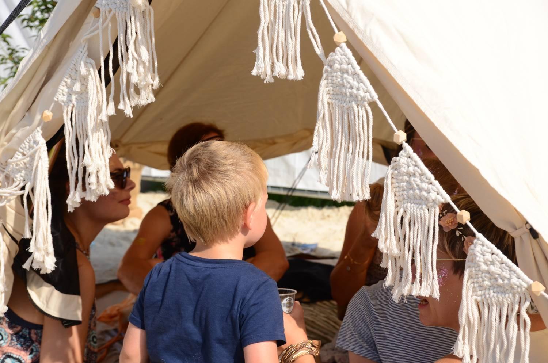 Spielende Kinder im Canvas Zelt Tipii 400