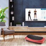 Scenic Wohnzimmer mit roter 4D Vibrationsplatte V2500 mit Blick auf Übungsvideo auf Fernseher