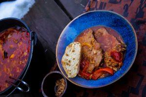 Schaschlikbraten aus dem Dutch Oven serviert mit Zwiebelbrot
