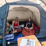 Wohnraum und Schlafkabine im Skandika Luftzelt Folldal 4 Air-Rise