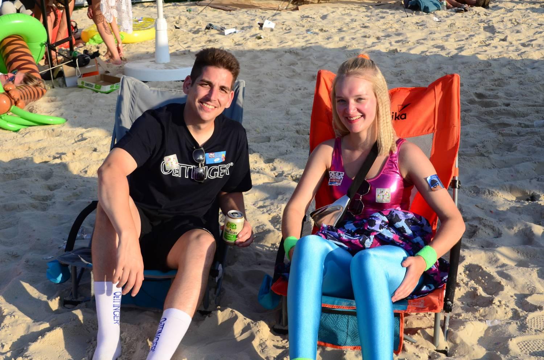 Festivalbesucher entspannen auf dem Campingstuhl Beach