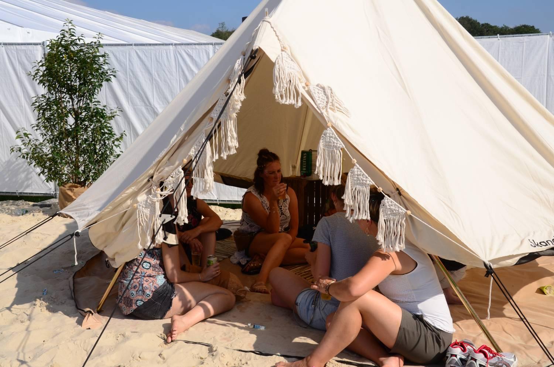 Festivalbesucher im Tipi Zelt