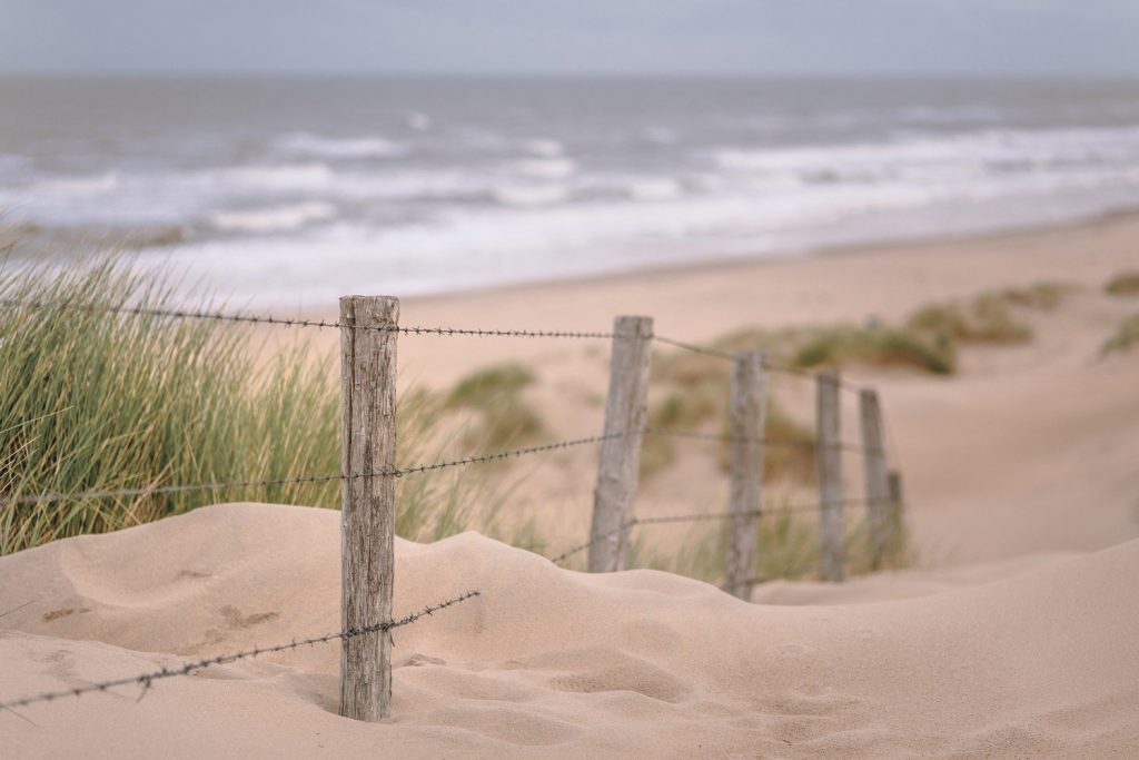 Sanddüne am Meer mit Zaun