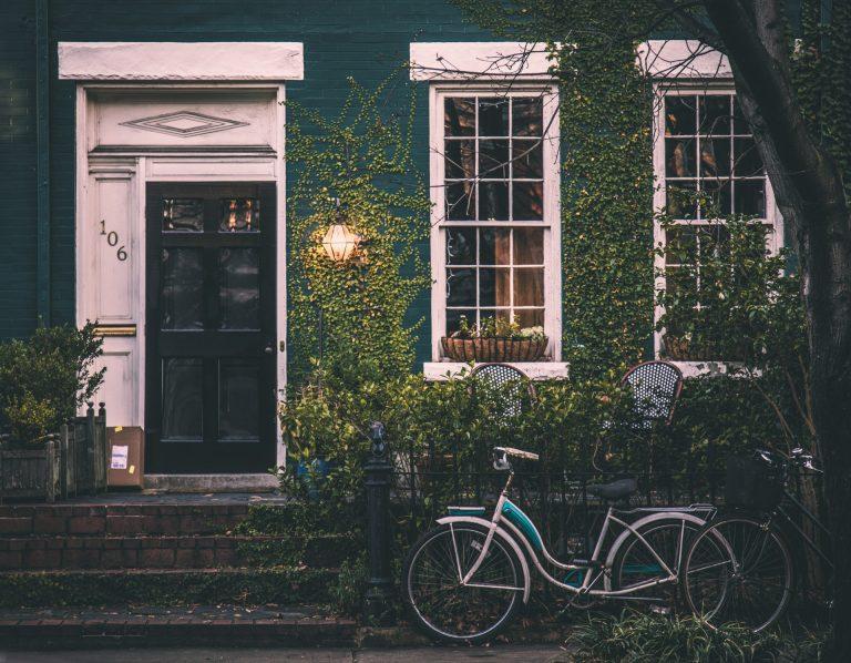 Idyllische Hausfront mit Fahrrädern und Baum