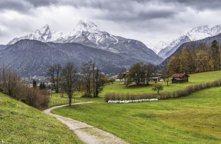 Wanderweg in Berchtesgaden vor Watzmann Kulisse