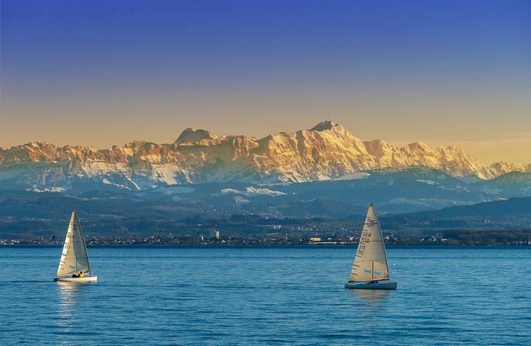 Bodensee mit Segelbooten und Bergkulisse
