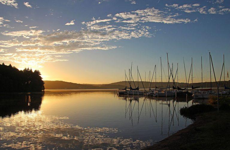 Bostalsee mit Booten bei Sonnenuntergang