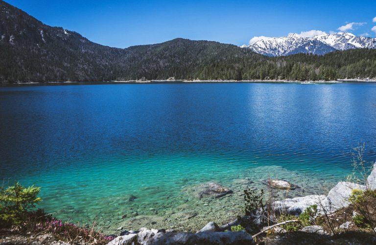 Türkiser Eibsee vor Wald- und Bergpanorama