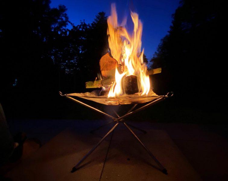 Faltbare Feuerschale Hossa bei Nacht
