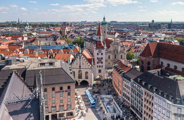 Marienplatz in München von oben mit Stadtkulisse