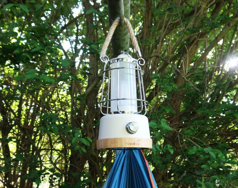 Hängende Outdoor LED Lampe Kiruna über Hängematte im Garten