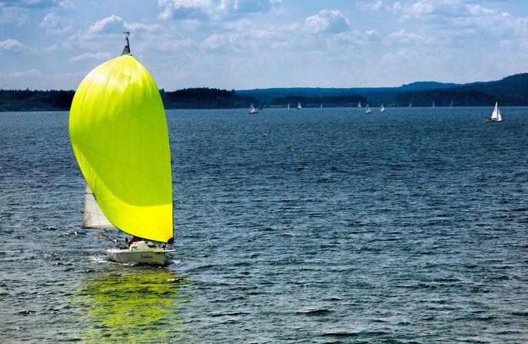 Segelboot mit neongelben Segeln auf Brombachsee