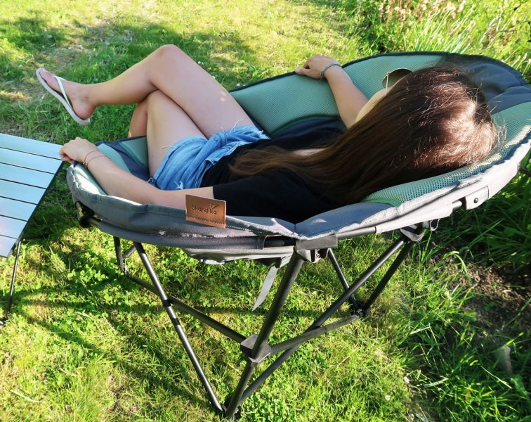Graugrüner Gartensessel Moonchair & Alu Tisch im Garten