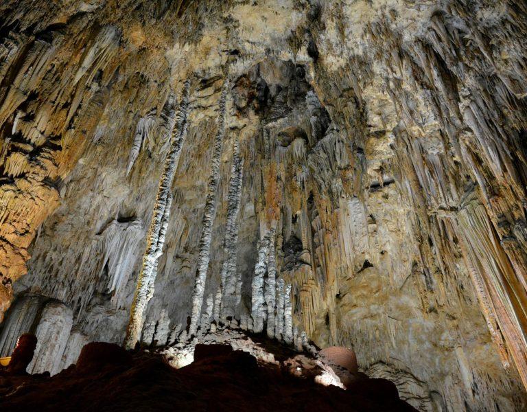 Gelbliche, kurze und lange Stalaktiten in Tropfsteinhöhle