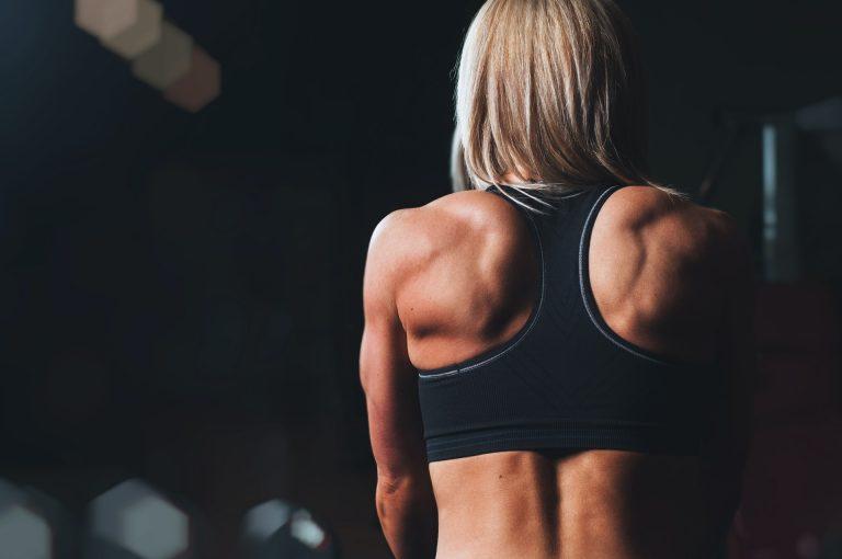 Angespannte Rückenmuskeln einer Frau